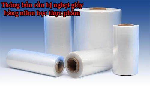 Thông bồn cầu bị nghẹt giấy bằng nilon bọc thực phẩm